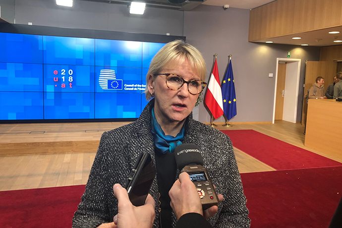Utrikesminister Margot Wallström blir intervjuad av journalister.