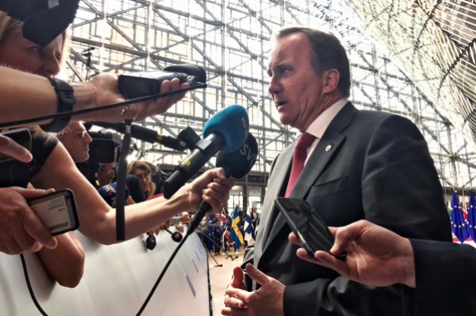 Stefan Löfven intervjuas av media