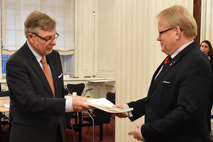 Försvarsberedningens ordförande Björn von Sydow överlämnade beredningens rapport till försvarsminister Peter Hultqvist.