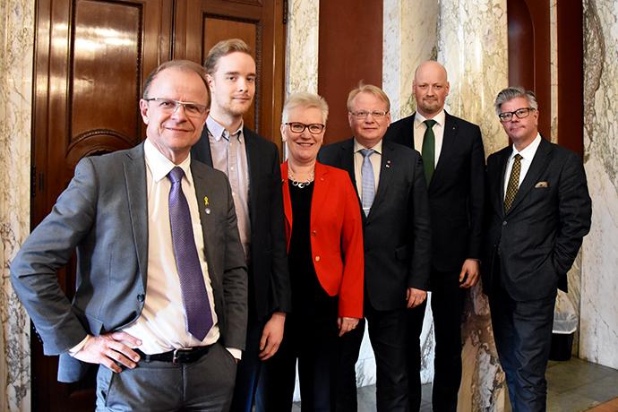 Försvarsgruppen Mikael Oscarsson (KD), Anders Schröder (MP), Åsa Lindestam (S), Daniel Bäckström (C) och Hans Wallmark (M) tillsammans med försvarsminister Peter Hultqvist